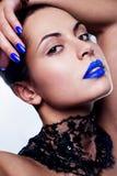 Vrouw met blauwe lippenstift Royalty-vrije Stock Foto