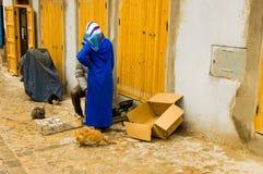 Vrouw met blauwe sluier die met een man in een straat in Marrakech spreken Royalty-vrije Stock Foto