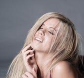 Vrouw met blik van vervoering op gezicht Stock Foto's