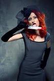 Vrouw met bloedig mes in haar hand Royalty-vrije Stock Afbeelding