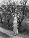 Vrouw met bloeiende bomen (Alle afgeschilderde personen leven niet langer en geen landgoed bestaat Leveranciersgaranties die daar Stock Fotografie