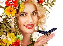 Vrouw met bloem en vlinder. Royalty-vrije Stock Afbeeldingen