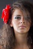 Vrouw met bloem in haar Stock Afbeeldingen