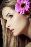 Vrouw met bloem in haar Royalty-vrije Stock Foto's