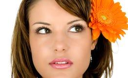 Vrouw met bloem in haar royalty-vrije stock afbeeldingen