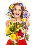 Vrouw met bloemboeket. Stock Foto's