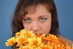 Vrouw met bloemen Stock Afbeelding
