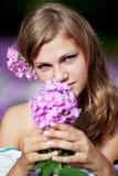 Vrouw met bloemen Stock Afbeeldingen