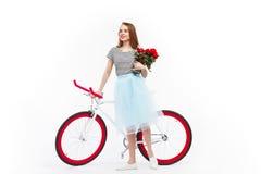 Vrouw met bloemen en cyclus stock foto