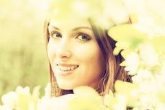 Vrouw met bloemen Gestemd beeld Stock Fotografie