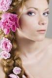 Vrouw met bloemen in haar Stock Foto