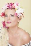 Vrouw met bloemen in haar haar stock afbeeldingen