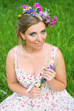 Vrouw met bloemen in haar haar royalty-vrije stock foto's