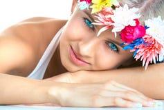 Vrouw met bloemhoofdband Stock Foto's