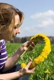 Vrouw met bloemkroon Royalty-vrije Stock Afbeeldingen
