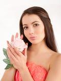 Vrouw met bloemrozen stock foto