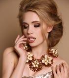 Vrouw met blond haar en heldere make-up met luxueuze halsband stock afbeeldingen