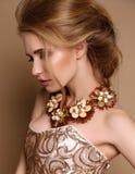 Vrouw met blond haar en heldere make-up met luxueuze halsband royalty-vrije stock afbeelding
