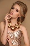 Vrouw met blond haar en heldere make-up met luxueuze halsband stock afbeelding