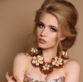 Vrouw met blond haar en heldere make-up met luxueuze halsband royalty-vrije stock afbeeldingen