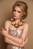 Vrouw met blond haar en heldere make-up met luxueuze halsband stock foto's