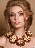 Vrouw met blond haar en heldere make-up met luxueuze halsband stock foto