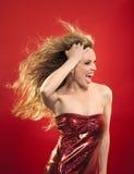 Vrouw met blond haar en rode kleding Stock Fotografie