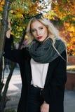 Vrouw met blond krullend haar in park Royalty-vrije Stock Foto