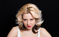 Vrouw met blondekrullen en rode lippenstift op een donkere achtergrond Royalty-vrije Stock Afbeelding