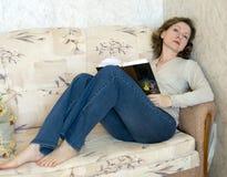 Vrouw met boek Stock Afbeeldingen