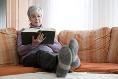 Vrouw met boek Stock Foto