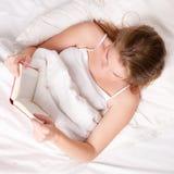 Vrouw met boek Royalty-vrije Stock Afbeelding