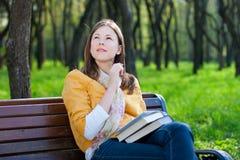 Vrouw met boek in park Stock Afbeeldingen