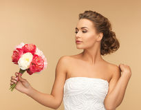 Vrouw met boeket van bloemen Royalty-vrije Stock Afbeelding