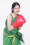 Vrouw met bokshandschoenen Stock Foto's