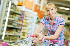 Vrouw met boodschappenwagentje Royalty-vrije Stock Fotografie