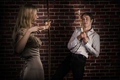 Vrouw met boog en pijl die een man jagen Stock Afbeeldingen