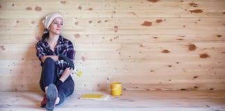 Vrouw met borstel in een blokhuis stock foto's