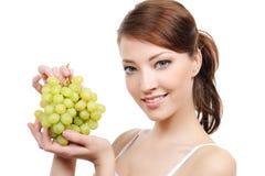 Vrouw met bos van druiven Royalty-vrije Stock Foto's
