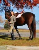 Vrouw met Bruin Paard in Daling Royalty-vrije Stock Afbeelding