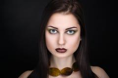 Vrouw met bruine halsband Stock Afbeelding