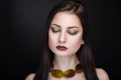 Vrouw met bruine halsband Royalty-vrije Stock Foto's