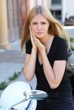 Vrouw met buiten oorpijn royalty-vrije stock foto