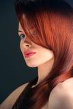 Vrouw met buitensporig kapsel Royalty-vrije Stock Fotografie