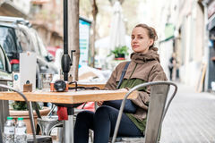 Vrouw met camera in openluchtkoffie Barcelona, Catalonië Stock Foto