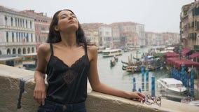 Vrouw met Carnaval-masker in Venetië stock videobeelden