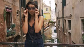Vrouw met Carnaval-masker in Venetië stock video