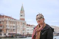 Vrouw met carneval masker in Venetië royalty-vrije stock fotografie