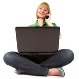 Vrouw met cellphone en laptop Royalty-vrije Stock Foto's