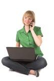 Vrouw met cellphone en laptop Stock Foto's